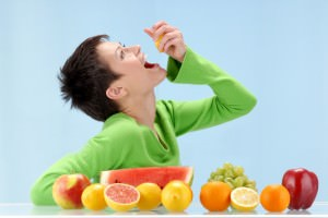 woman-eating-fruit