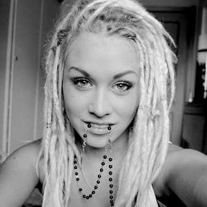 woman-dreadlocks